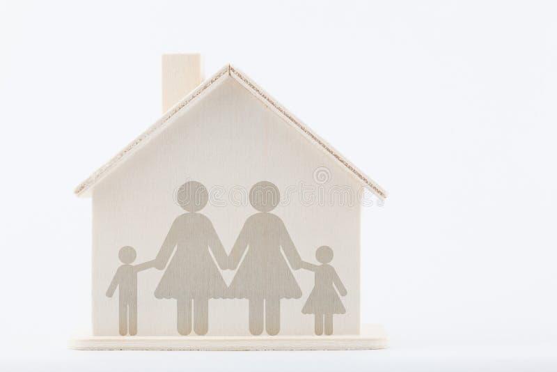 Deux femmes avec des enfants à la maison photo libre de droits