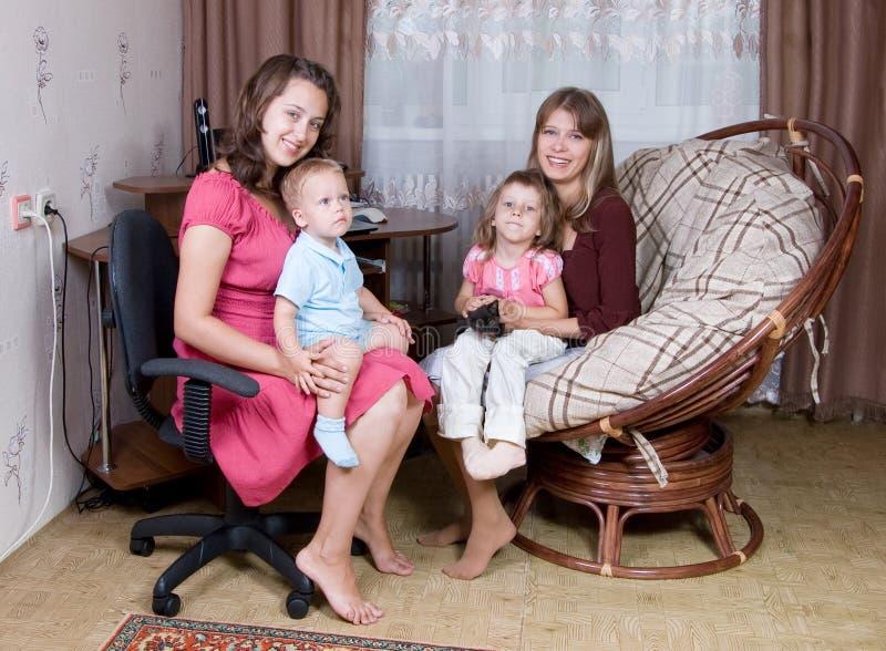 Deux femmes avec des enfants image stock