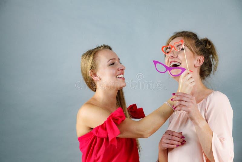 Deux femmes avec des masques de carnaval photos libres de droits