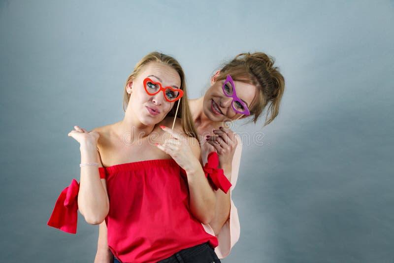 Deux femmes avec des masques de carnaval photo libre de droits