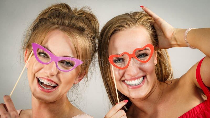 Deux femmes avec des masques de carnaval image stock