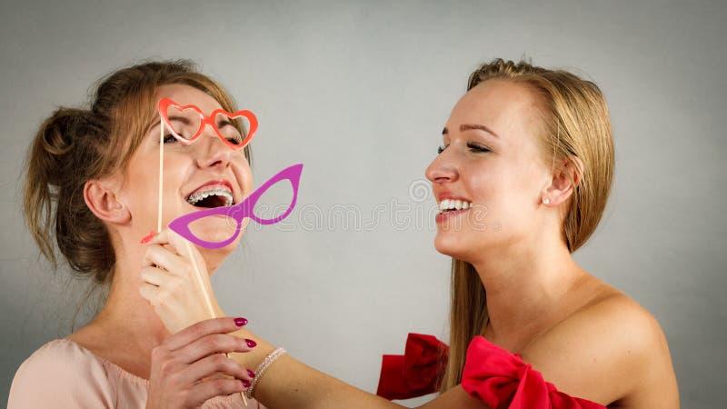 Deux femmes avec des masques de carnaval photos stock