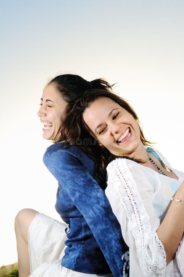 Deux femmes ayant l'amusement photo stock