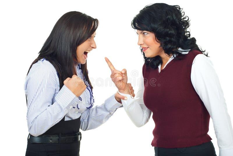 Deux femmes ayant le conflit