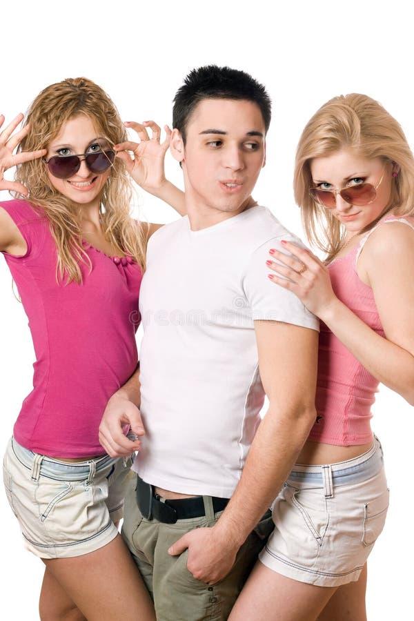 Deux femmes blondes heureuses avec le jeune homme beau images libres de droits