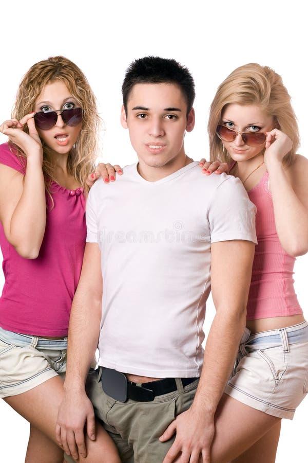 Deux femmes blondes sensuelles avec le jeune homme beau photo libre de droits