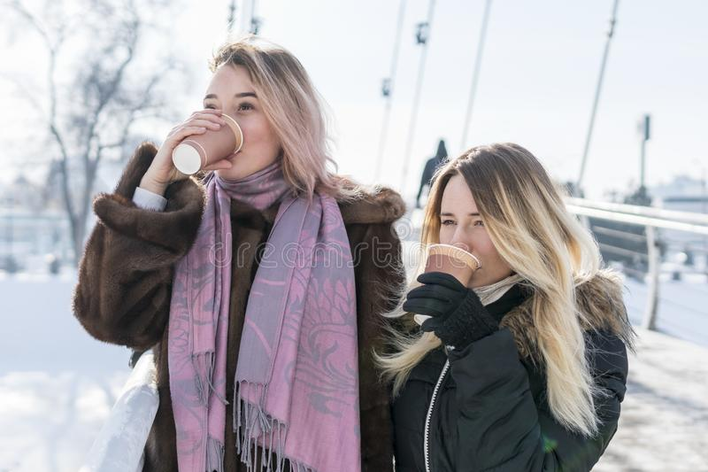 Deux femmes boivent du café sur le pont image stock