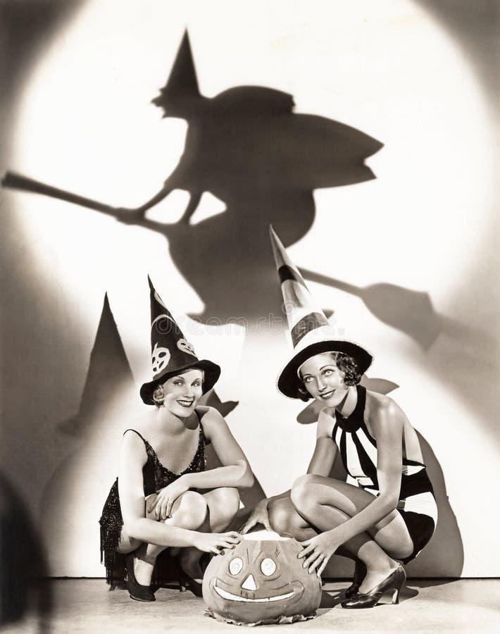 Deux femmes célèbrent un Halloween enchantant image libre de droits