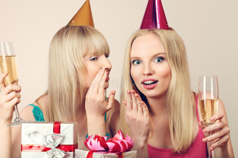Deux femmes célébrant l'anniversaire photo libre de droits
