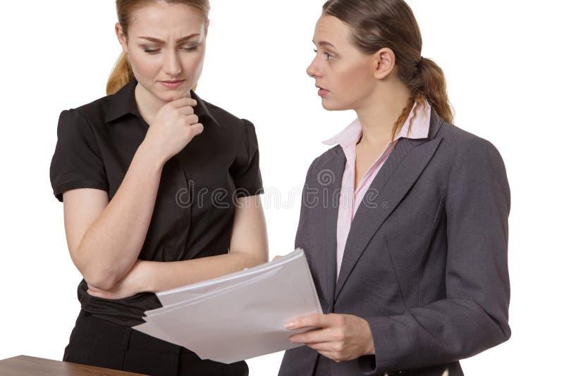 Deux femmes d'affaires discutant des écritures photos stock