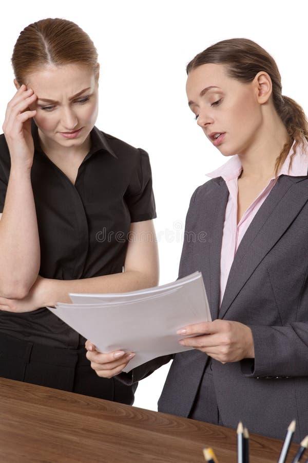 Deux femmes d'affaires discutant des écritures photographie stock libre de droits