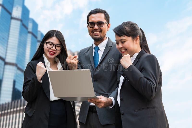 Deux femmes d'affaires et un homme d'affaires serrant leurs poings photos libres de droits