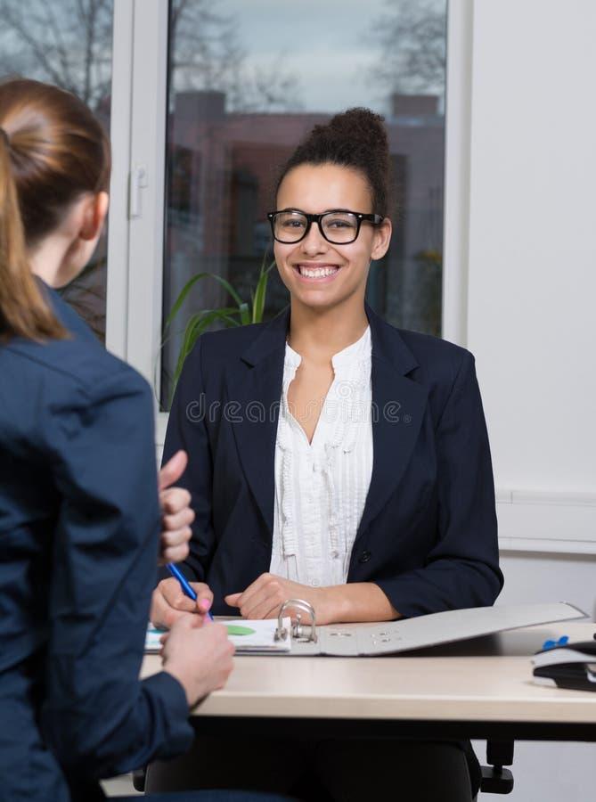 Deux femmes d'affaires sont lors d'une réunion photographie stock libre de droits