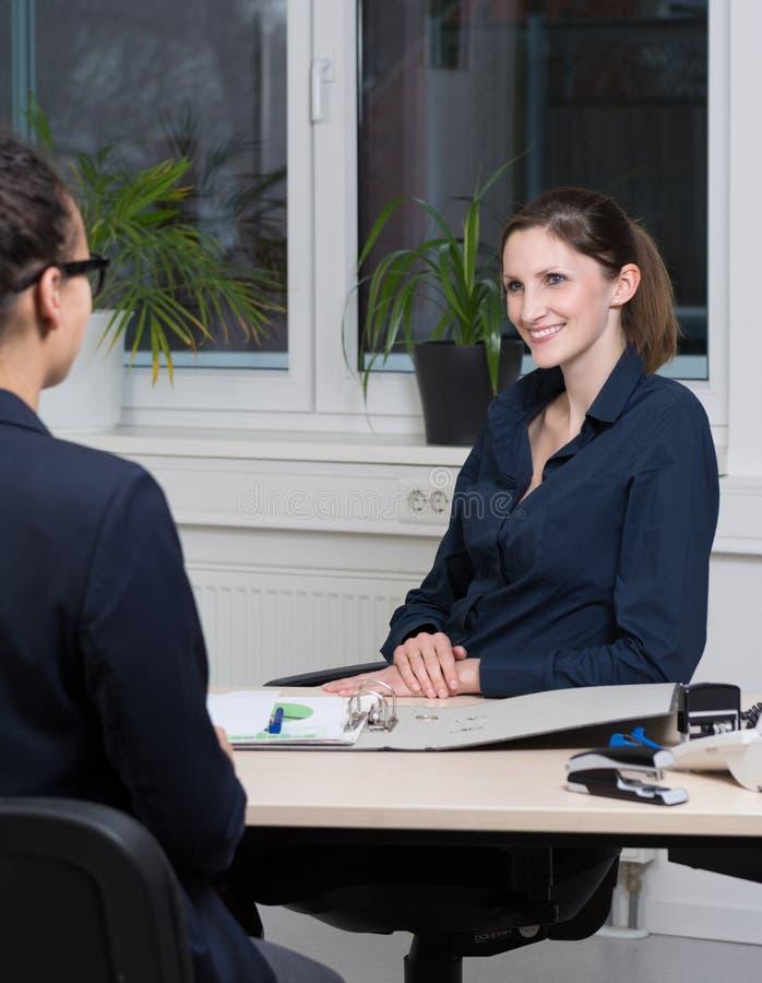 Deux femmes d'affaires sont lors d'une réunion images libres de droits