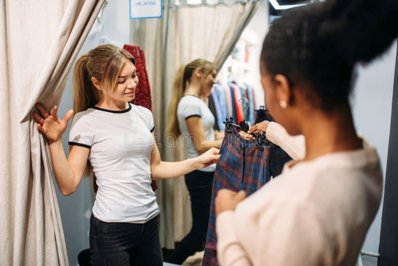 Deux femmes dans le vestiaire, achats photo stock
