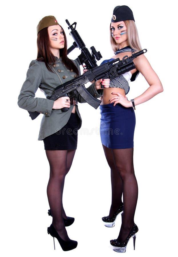 Deux femmes dans les uniformes marins et militaires avec l'assau image stock