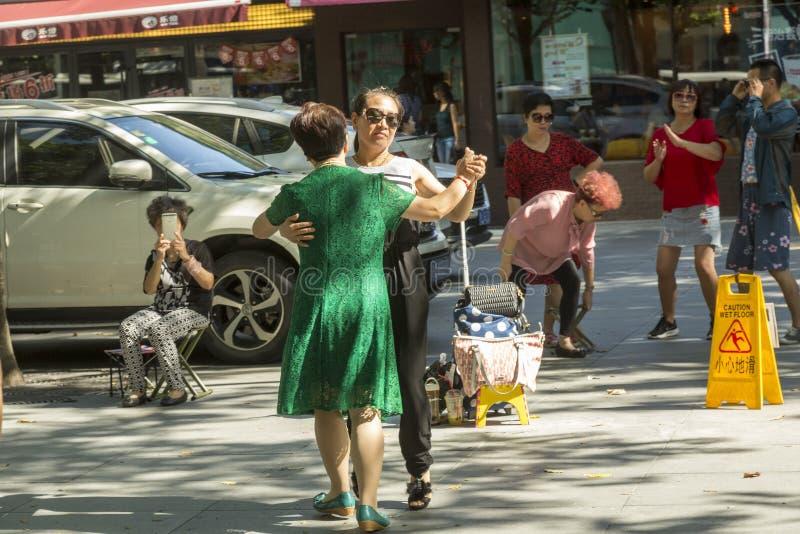 Deux femmes dansant à la rue à Changhaï, Chine image stock