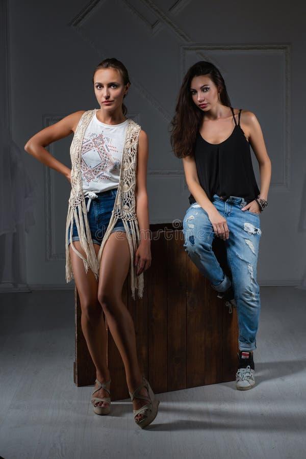 Deux femmes de charme posant dans un studio photos libres de droits