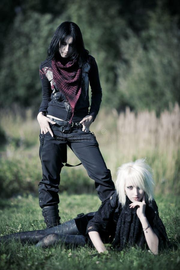 Deux femmes de goth à l'extérieur images libres de droits