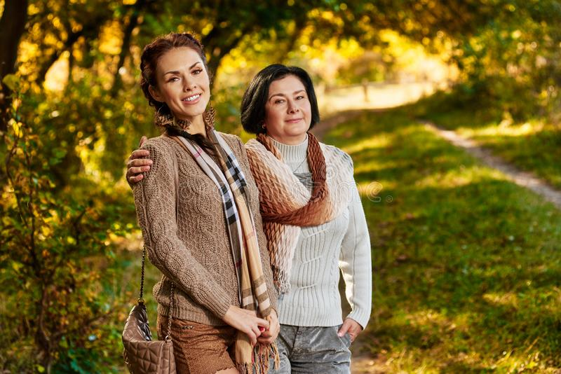 Deux femmes dehors image libre de droits