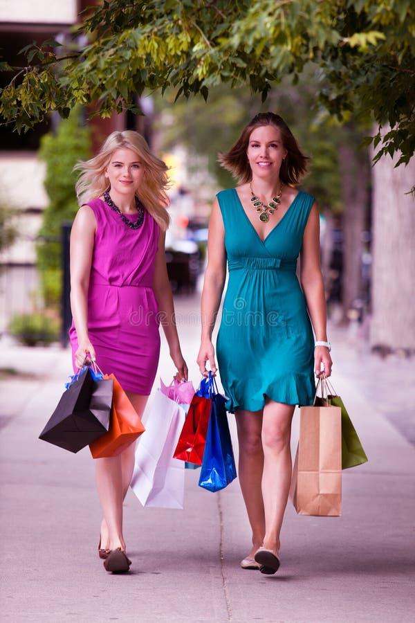 Deux femmes descendant la rue image stock