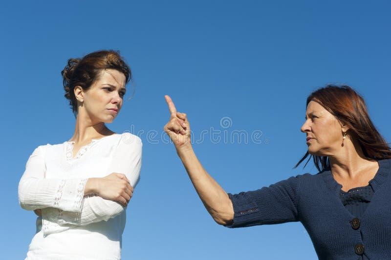 Deux femmes, deux rétablissements argueing photo libre de droits