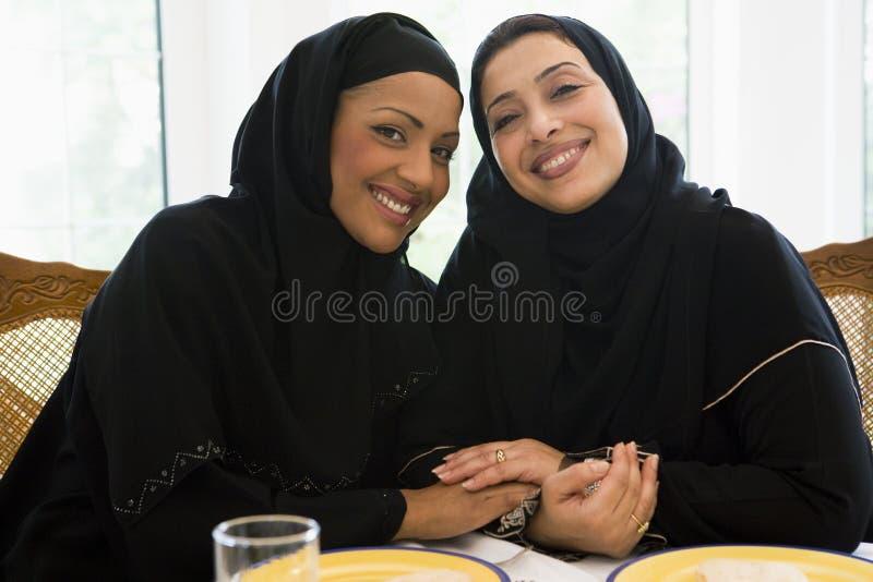 Deux femmes du Moyen-Orient appréciant un repas images stock