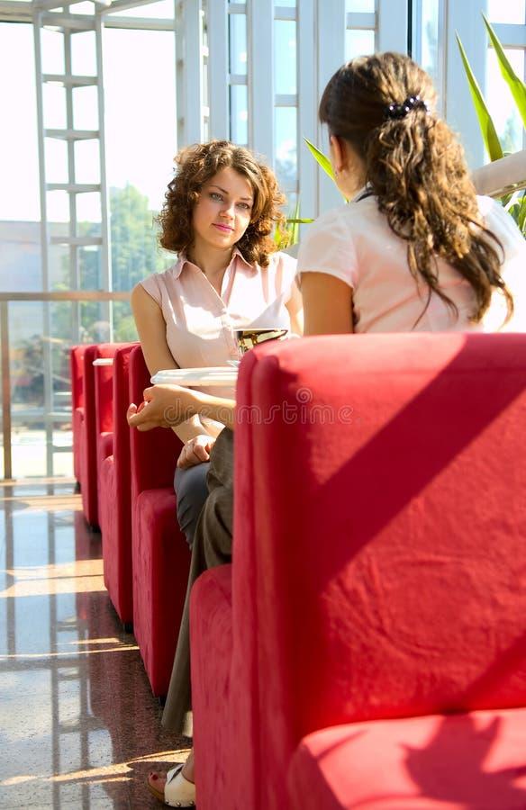 Deux femmes en café photo stock