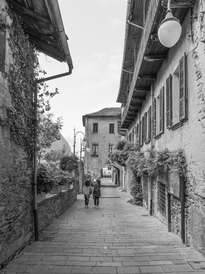 Deux femmes flânent dans le village médiéval du barde photos stock