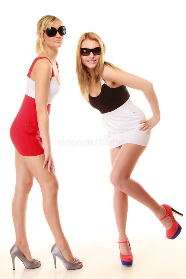 Deux femmes folles sexy en été vêtx des lunettes de soleil photo libre de droits