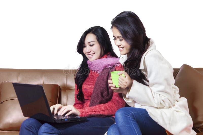 Deux femmes gaies faisant des emplettes en ligne photos libres de droits