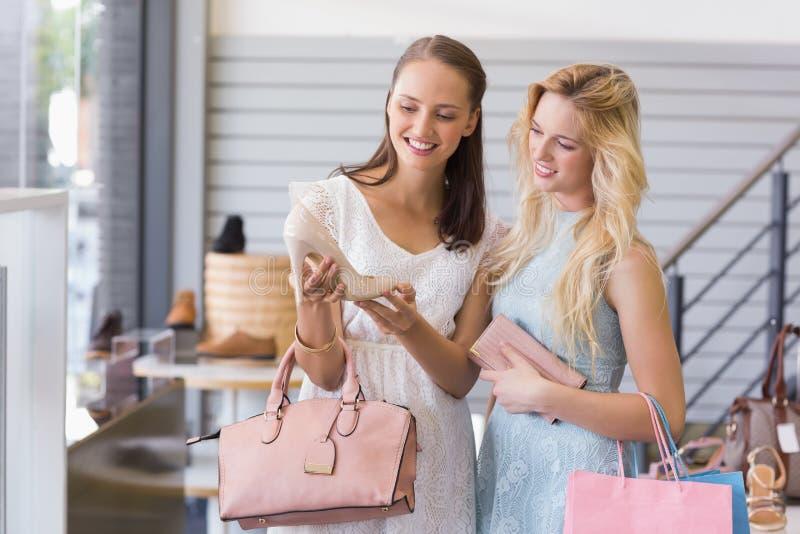 Download Deux Femmes Heureuses Regardant La Chaussure De Talon Photo stock - Image du jour, robe: 56490890