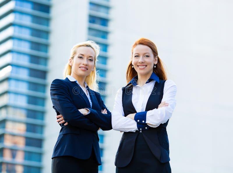 Deux femmes heureuses sûres d'entreprise constituée en société images stock