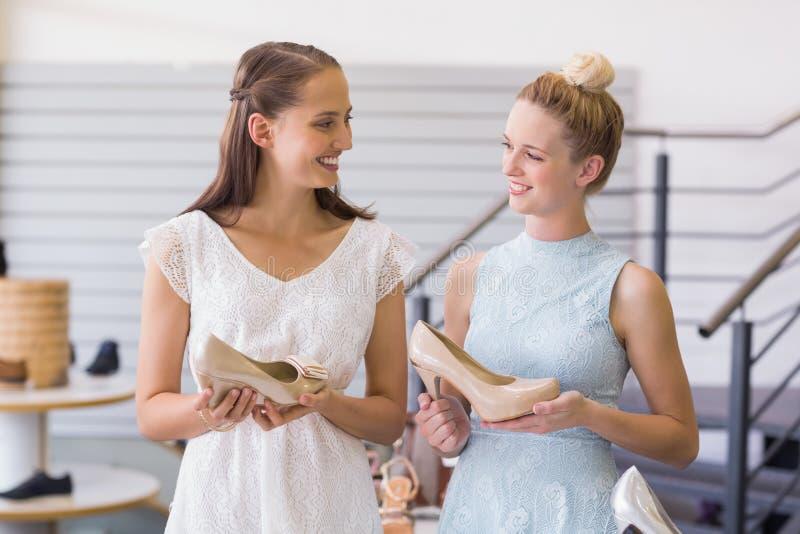 Download Deux Femmes Heureuses Tenant Des Chaussures De Talon Image stock - Image du indoors, amitié: 56490361