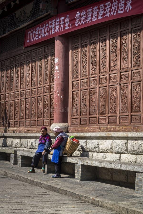 Deux femmes locales causant dans la rue, Chine image libre de droits