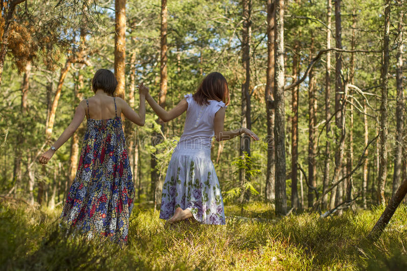 Download Deux Femmes Marchant Dans La Forêt Photo stock - Image du normal, nature: 45371732