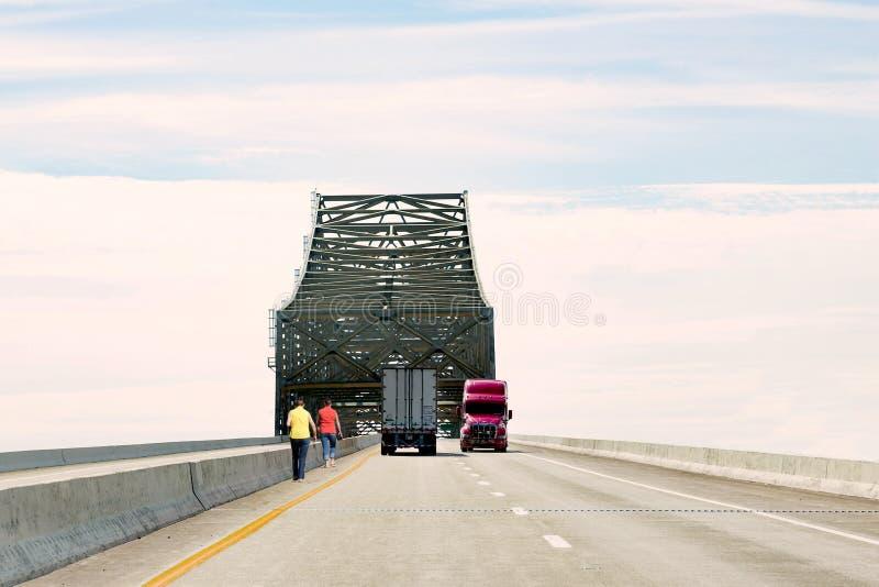 Deux femmes marchant le long du bord de l'autoroute image stock