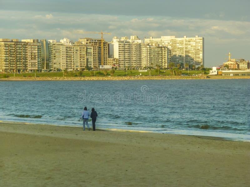 Deux femmes marchant sur la plage photos libres de droits