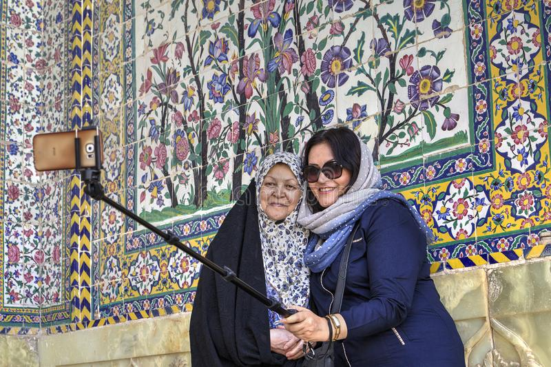 Deux femmes musulmanes font le selfie dans le lieu saint, Chiraz, Iran image libre de droits