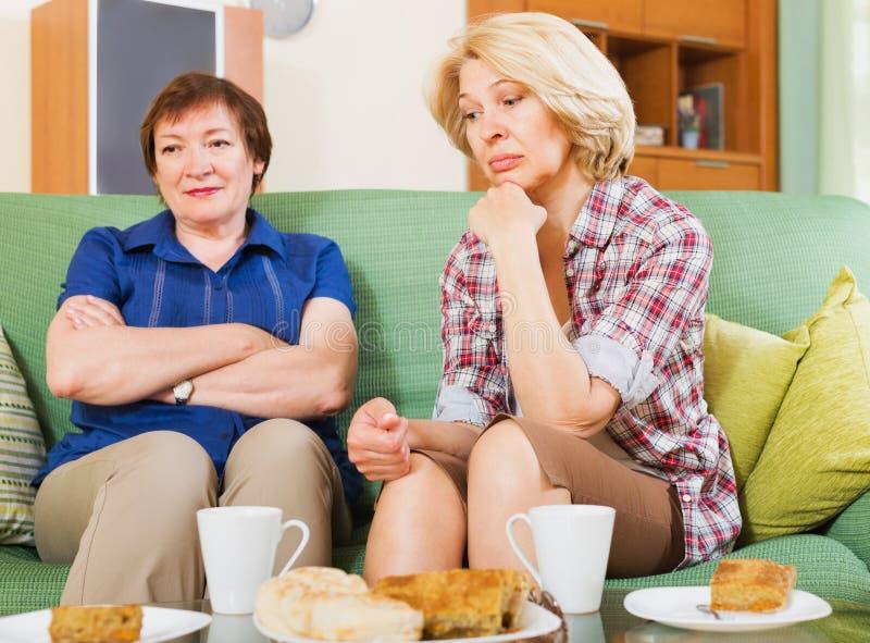 Deux femmes partageant la mauvaise nouvelle photographie stock libre de droits