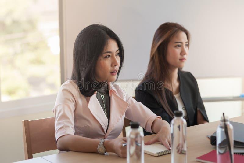 Deux femmes participent réunion d'affaires images libres de droits