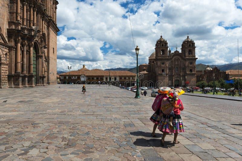 Deux femmes portant les vêtements traditionnels dans la plaza de Armas dans la ville de Cuzco, au Pérou image libre de droits