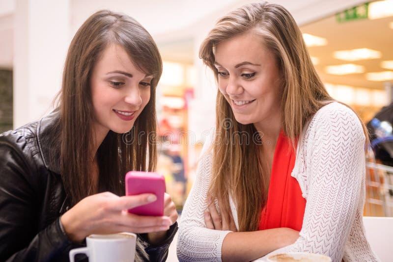 Deux femmes regardant le téléphone portable photo libre de droits