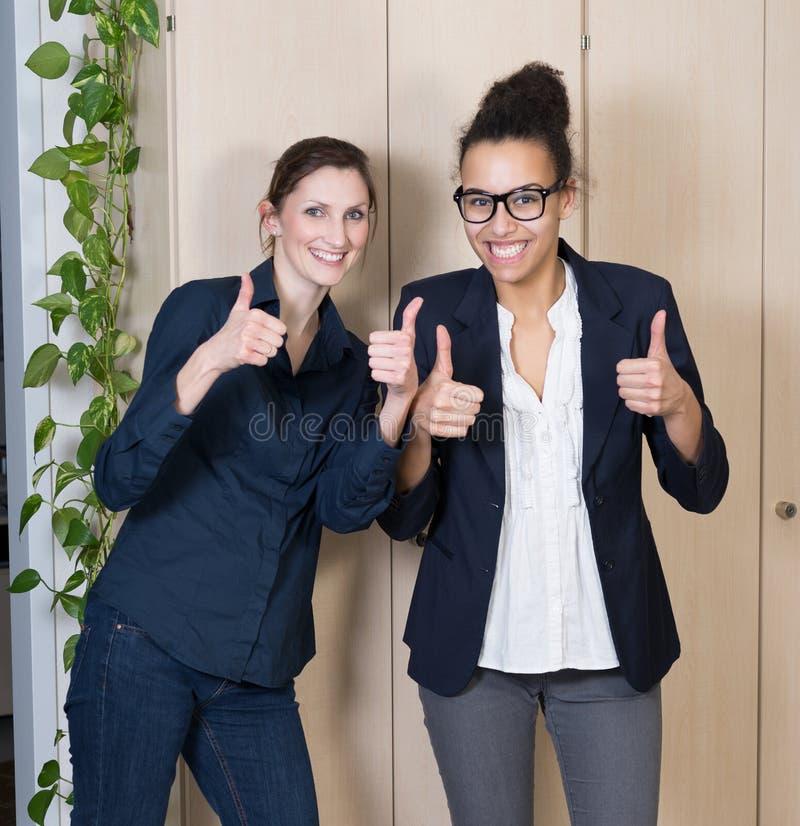 Deux femmes se tiennent côte à côte photos libres de droits