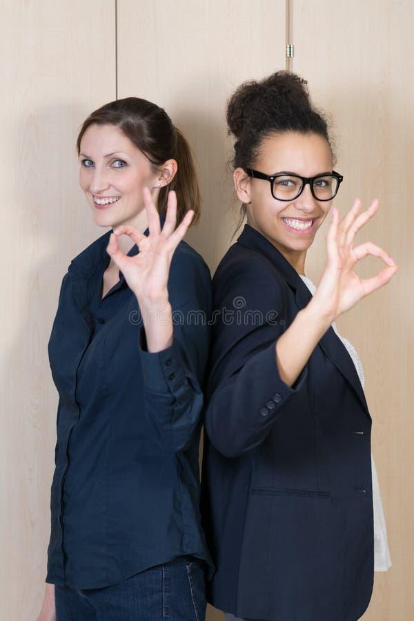 Deux femmes se tiennent de nouveau au dos image stock