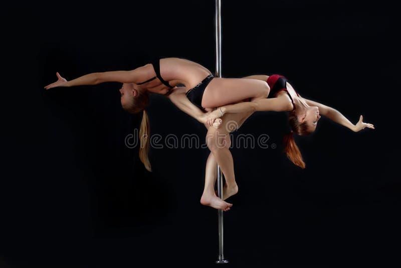 Deux femmes sexy de danse de pôle photographie stock libre de droits