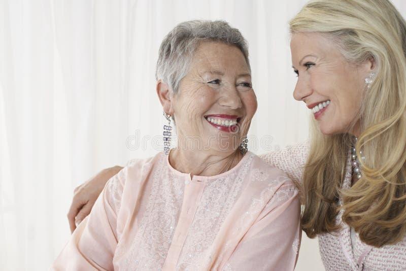Deux femmes supérieures heureuses photo libre de droits
