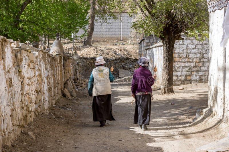 Deux femmes tibétaines entourent autour d'un vieux Stupa images libres de droits