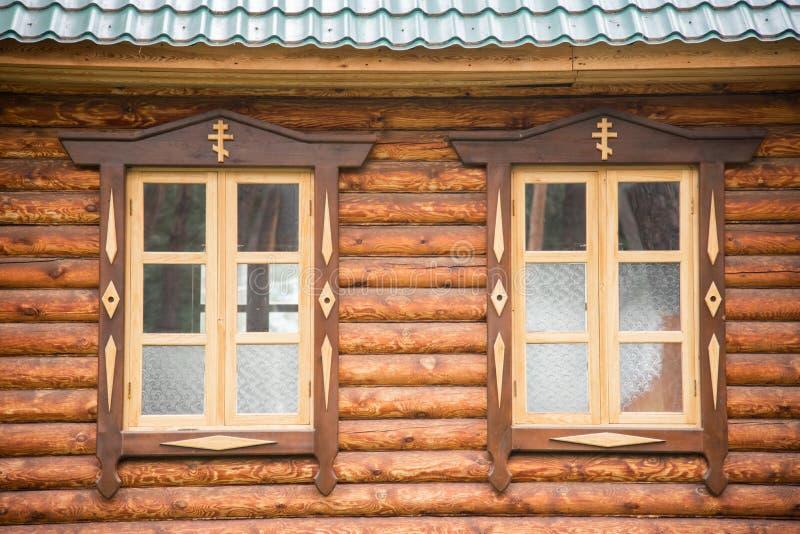 Deux fenêtres de l'église orthodoxe en bois images stock