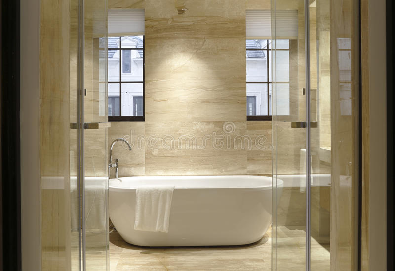 Deux fenêtres de la salle de bains images libres de droits